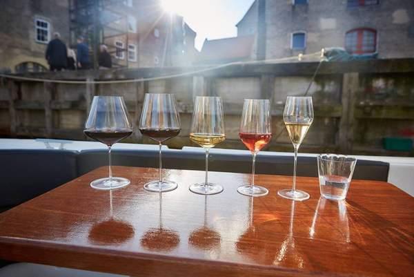 La couleur influence le goût du vin : quand le cerveau déguste d'abord avec les yeux.