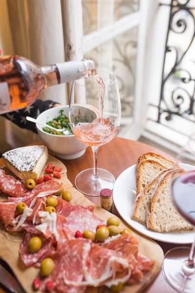 Le vin rosé est idéal avec une planche de charcuterie