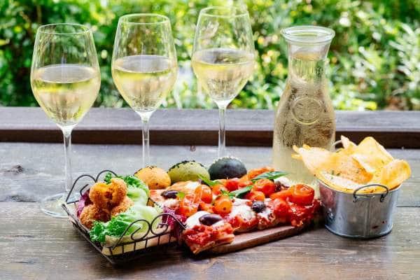 Le vin blanc sec se marie très bien avec la charcuterie le fromage et le poisson